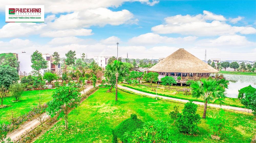 Màu xanh mướt phủ khắp công viên Bách Việt được ví von như một sân đình thời hiện đại - nơi cư dân có thể tận hưởng không khí trong lành và tham gia các hoạt động cộng đồng tại LSVN