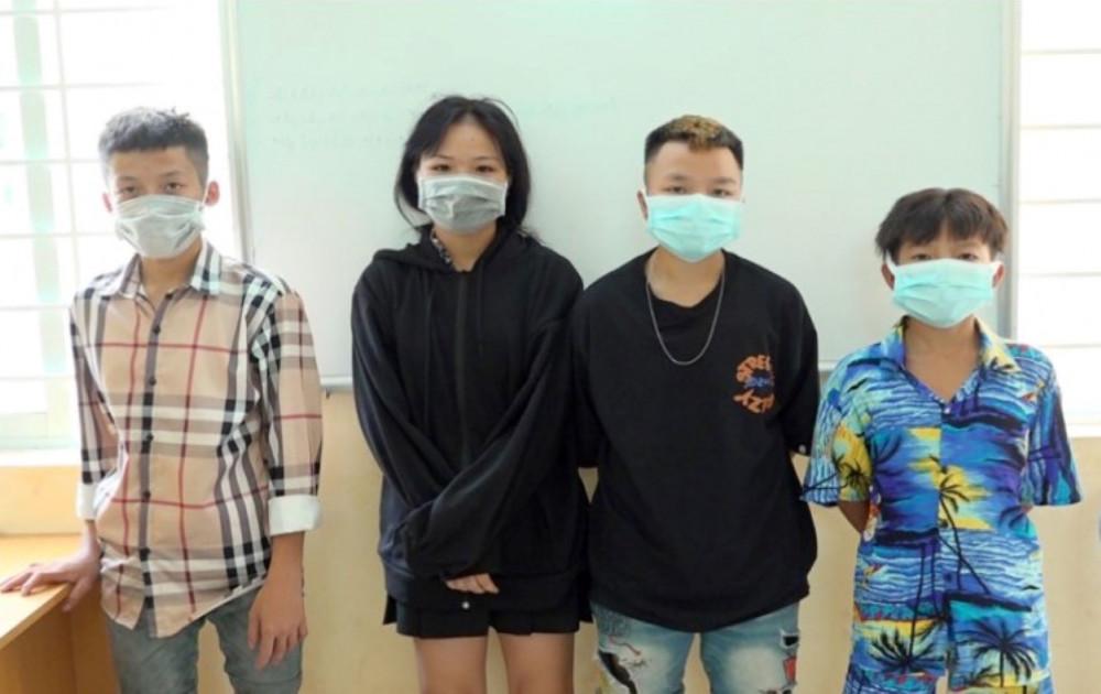 Nhóm thanh thiếu niên tại cơ quan công an