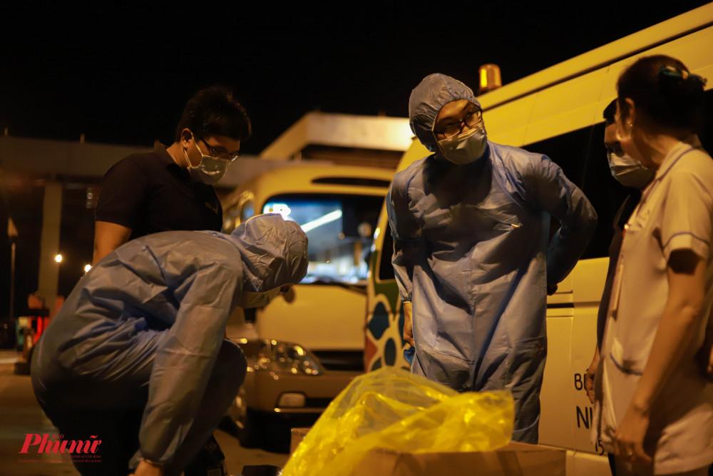 Để đảm bảo an toàn, tổ công tác đã phải trang bị đồ bảo hộ khi tiếp xúc với nhiều người