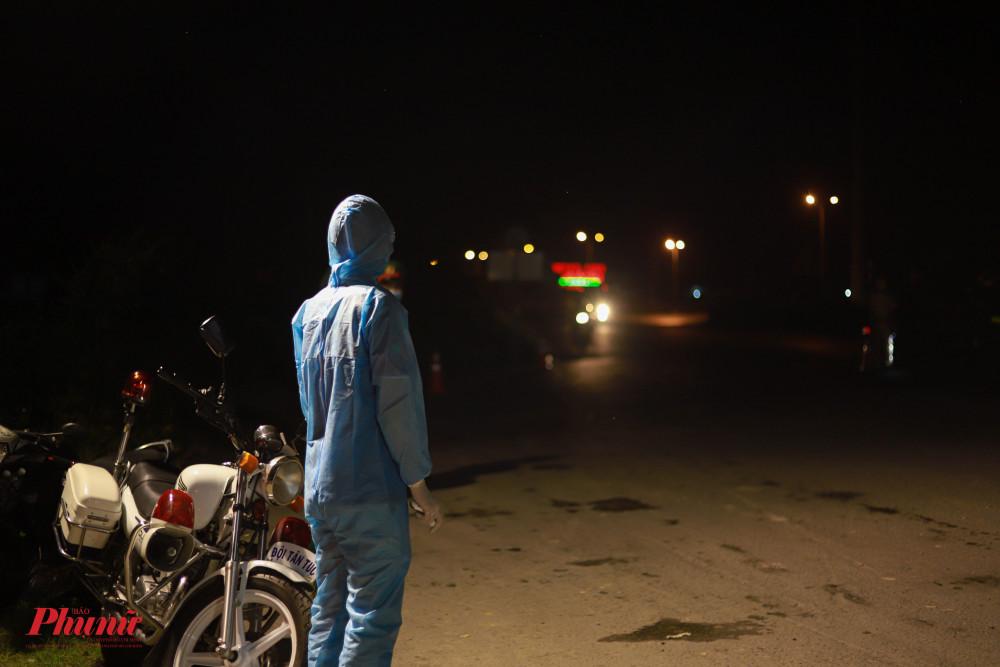 Tại chốt kiểm dịch Ngã tư Ba Làng (huyện Bình Chánh), ghi nhận lúc 1g30 sáng ngày 15/5, lượng lực cán bộ chiến sĩ vẫn tích cực kiểm dịch từng trường hợp vào TP