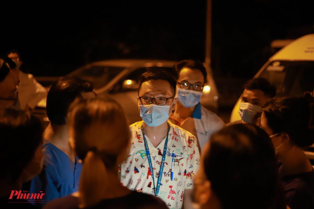 Ít phúc trước giờ lập chốt, đội ngũ y bác sĩ đã hội ý, thống nhất phương án hành động trong đợt chống dịch