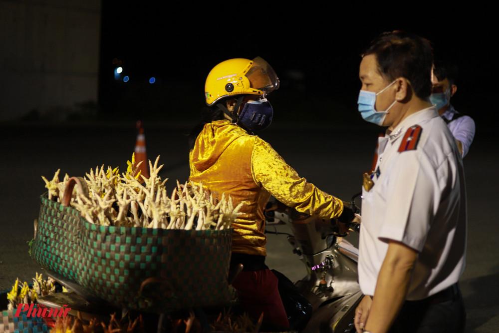 Tại chốt kiểm dịch Ngã tư Ba Làng (huyện Bình Chánh), nhiều phương tiện xe máy cũng bị kiểm tra