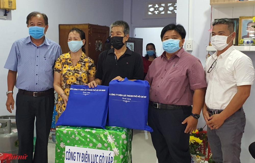 Đơn vị tài trợ, Tổng công ty Điện lực TPHCM cũng tặng nhiều phần quà đến gia đình và Thủy trong ngày nhận nhà mới