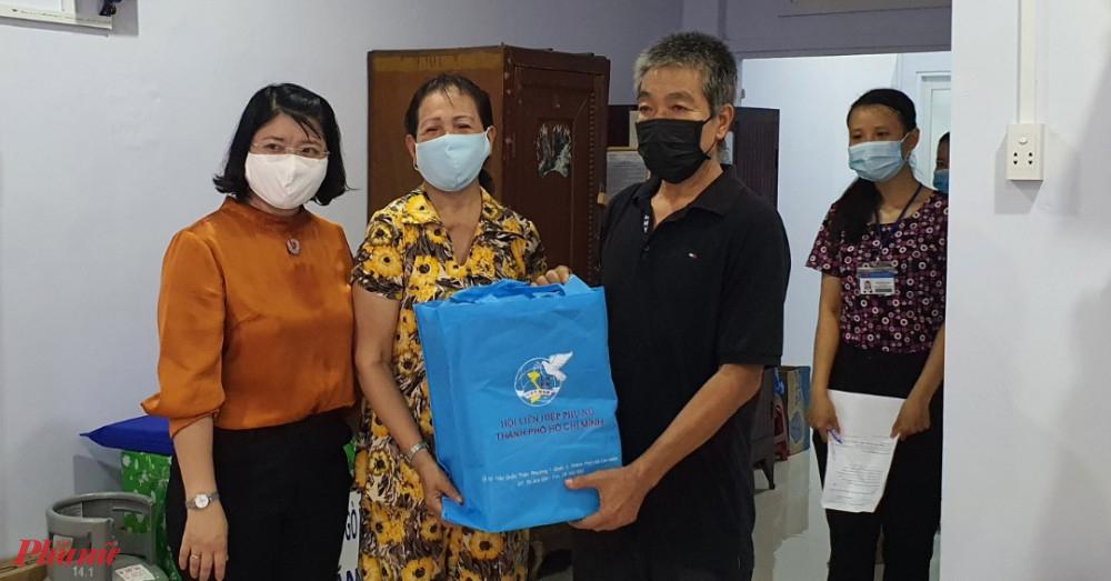 Chị Trần Thị Huyền Thanh - Phó Chủ tịch Hội LHPN TPHCM tặng quà, chúc mừng vợ chồng bà Thủy có căn nhà mới khang trang