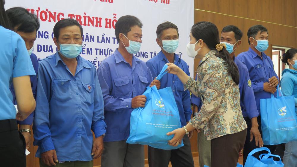 Bà Nguyễn Trần Phượng Trân, Chủ tịch Hội LHPN TP.HCM  gửi tặng các phần quà đến công nhân H. Cần Giờ.