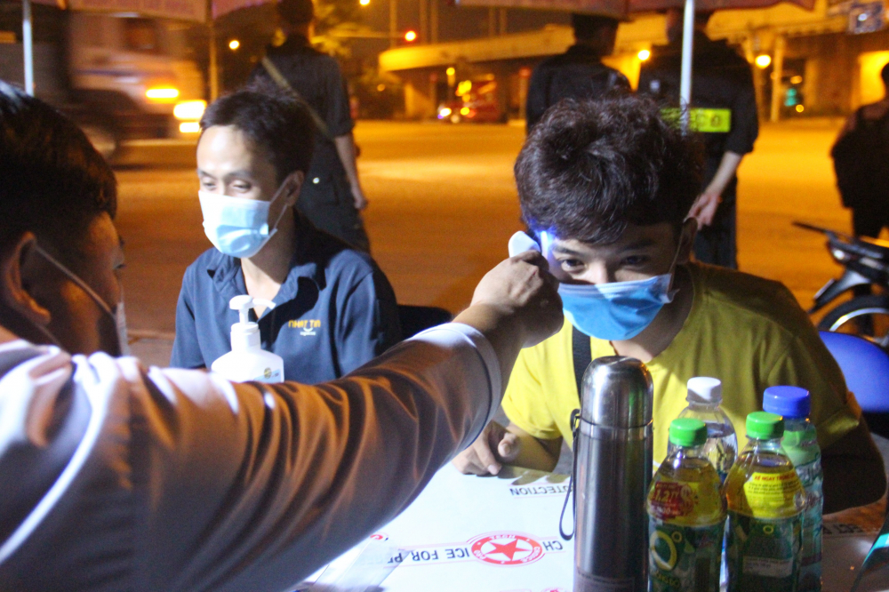 Gần 10.000 người có người nước ngoài được kiểm tra tại các chốt, trạm phòng chống dịch COVID-19.