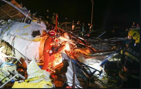 Lực lượng cứu hộ tìm kiếm người trong đống đổ nát