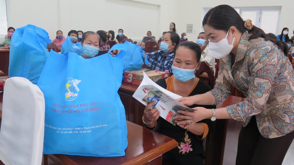 Dịp này, Chủ tịch Hội LHPN TPHCM cũng gửi tặng người dân H. Cần Giờ báo Phụ nữ
