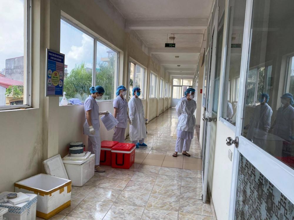 Giữa thời tiết nắng nóng, các nhân viên y tế miệt mài làm việc.