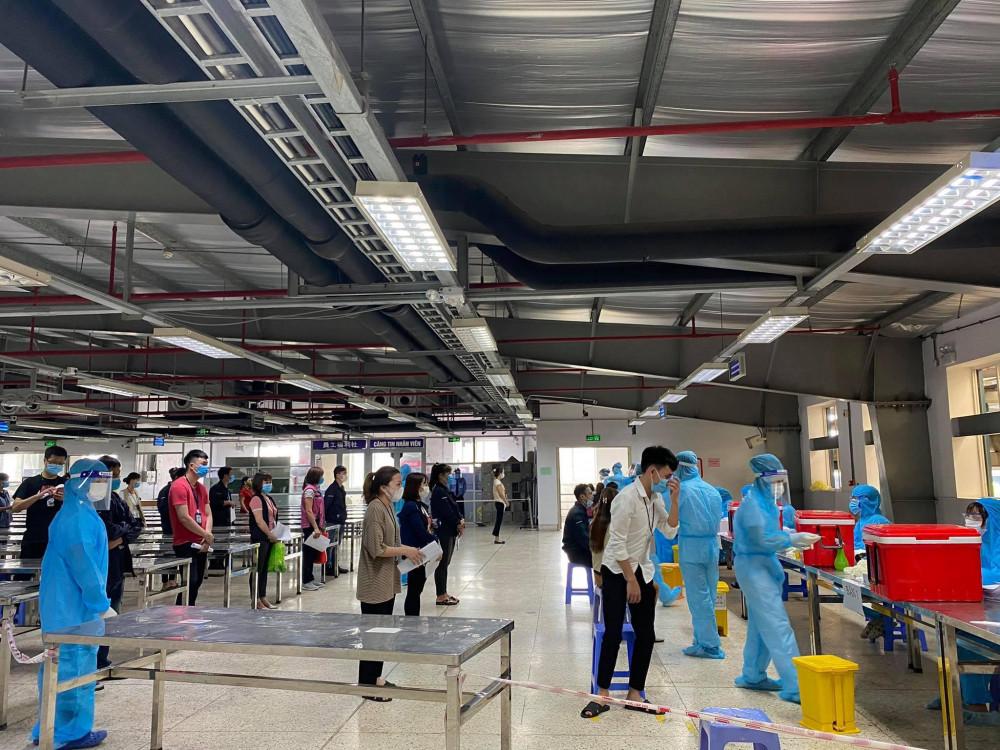 Gần 80.000 công nhân tại Khu công nghiệp Vân Trung ở Bắc Giang được lấy mẫu xét nghiệm COVID-19 vào sáng 14/5.