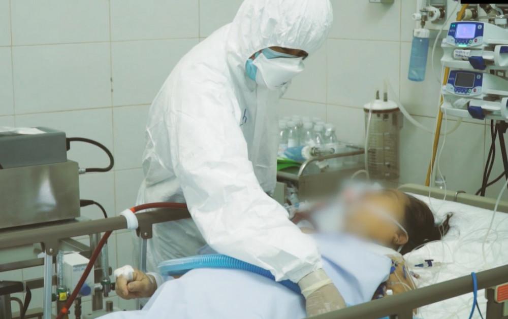 Bác sĩ kiểm tra bệnh cho bệnh nhân COVID-19