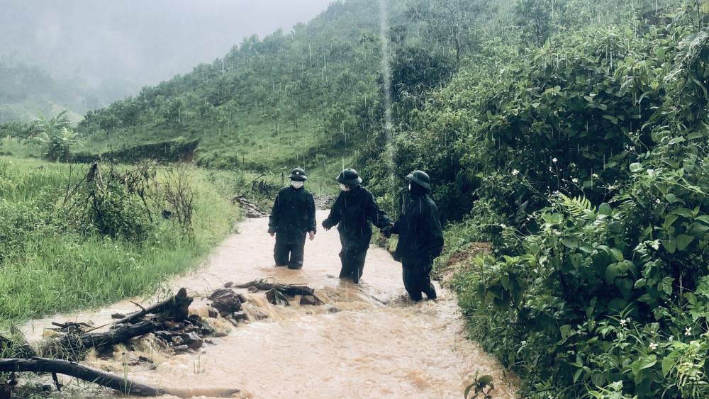 Lực lượng bộ đội, biên phòng tỉnh Thừa Thiên - Huế bất chấp nắng mưa tuần tra biên giới Việt Lào để phòng chống dịch COVID-19
