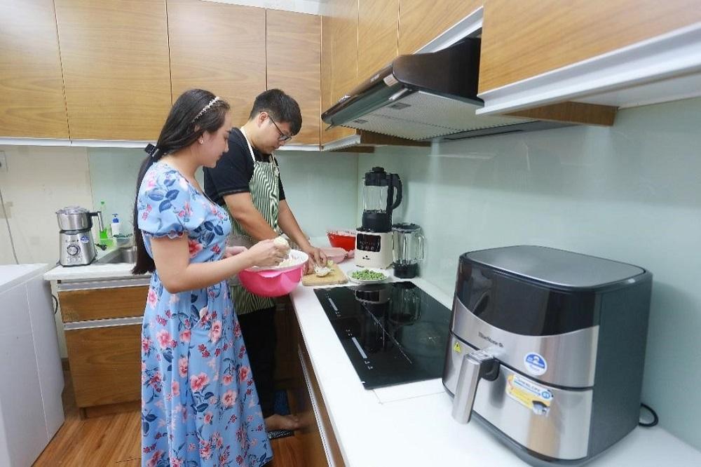 Anh Hưng luôn tranh thủ mọi thời gian để làm việc nhà cùng vợ. Ảnh: BlueStone