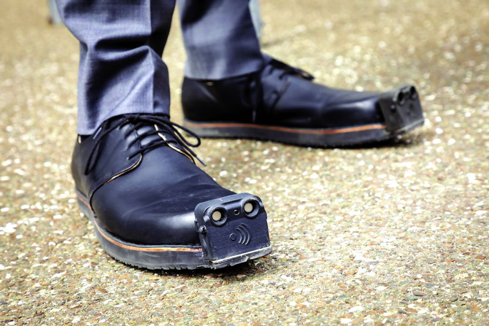 Đôi giày InnoMake giúp người khiếm thị có thể tránh được chướng ngại vật - Ảnh: Tech Xplore