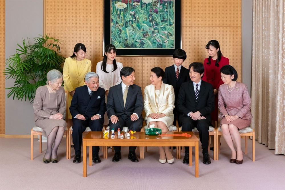 Gia đình hoàng gia Nhật Bản ngày càng thu hẹp khi hiện tại chỉ còn ba người có thể kế vị ngai vàng hoa cúc, trong đó duy nhất một người dưới 30 tuổi.