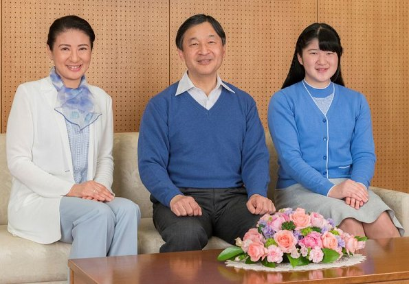 Nhật hoàng Naruhito (giữa), cùng hoàng hậu Masako và công chúa Aiko