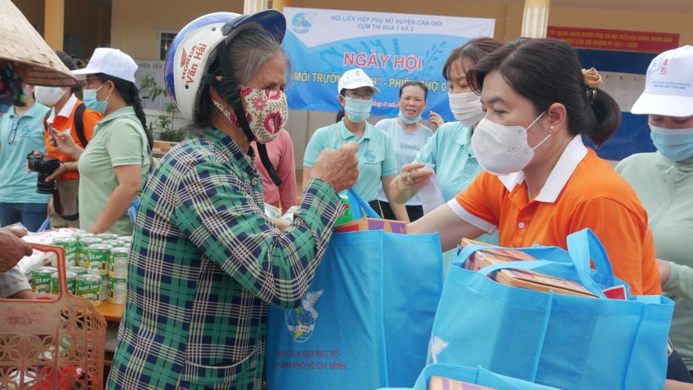 Các túi quà gồm gạo và mì gói cũng được chuẩn bị sẵn giúp chị em mua sắm tiện lợi
