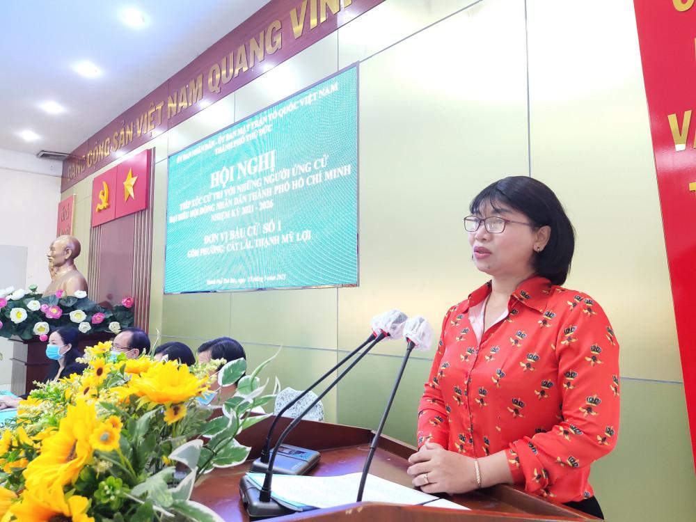 BÀ Trần Thị Phương Hoa - Phó Chủ tịch Hội LHPN TP trình bày chương trình hành động của bà trước đông đảo cử tri