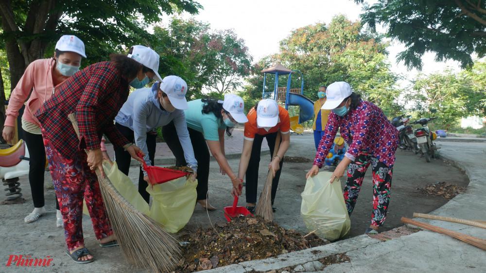 Các chị tham gia tổng vệ sinh môi trường