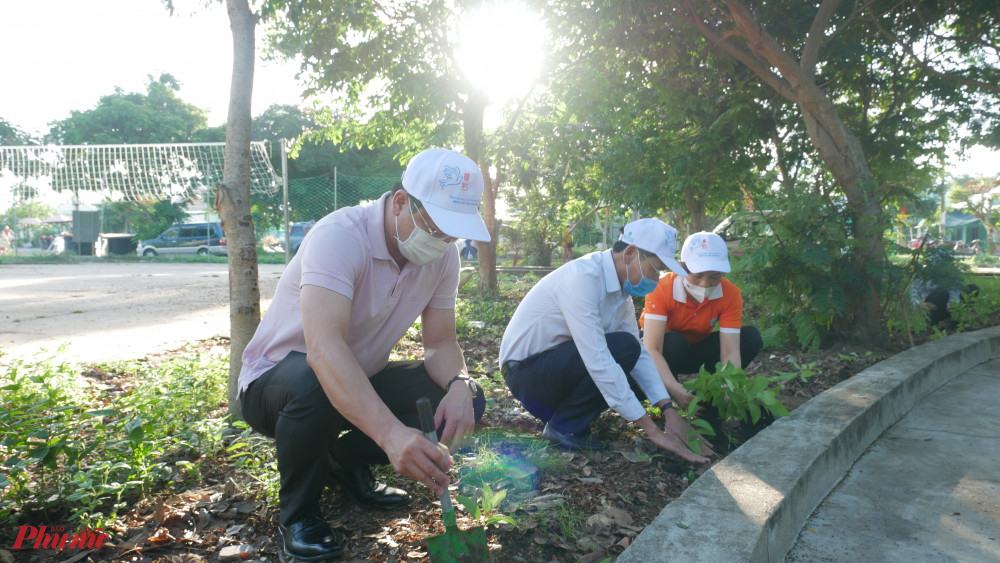 Các dại biểu tham gia trồng cây xanh
