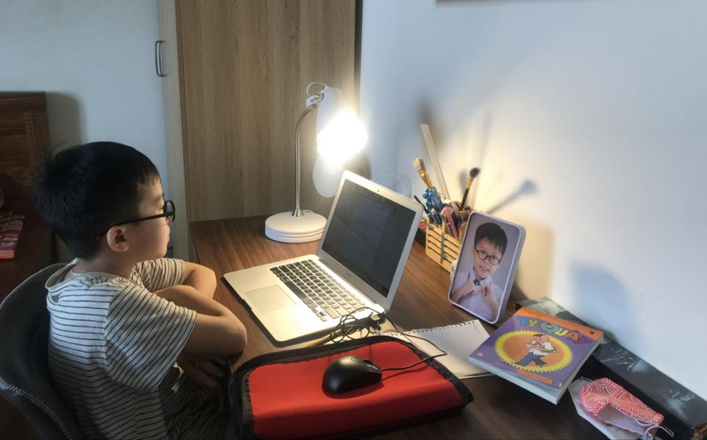 Rất nhiều học sinh tiểu học cần phải có phụ huynh hỗ trợ khi học online