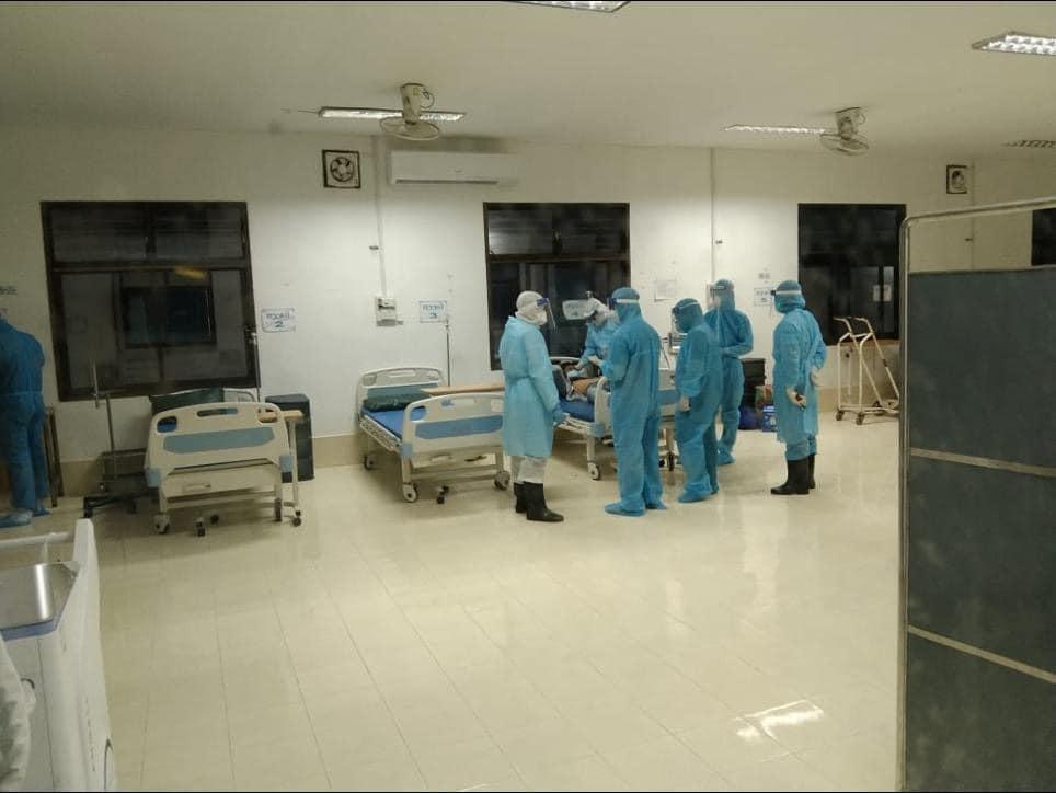 Ảnh: Các chuyên gia y tế Việt Nam cấp cứu ca bệnh COVID-19 tại Bệnh viện Phonthong.