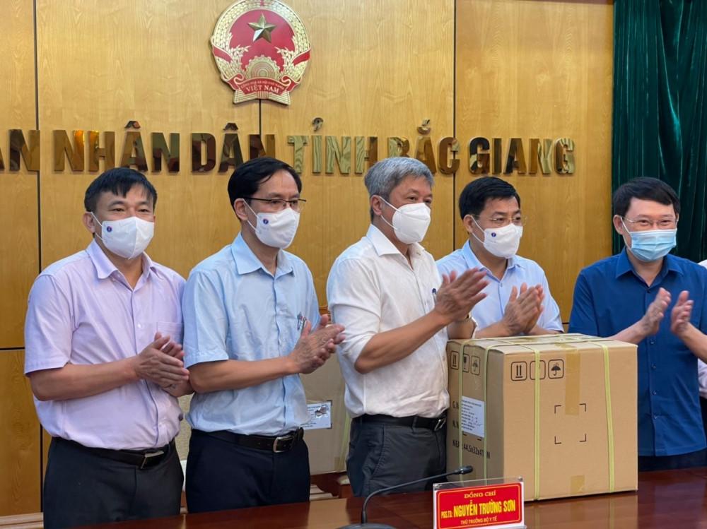 Bộ Y tế tặng 3700 kit  nghiệm SAR-CoV-2 cho tỉnh Bắc Giang