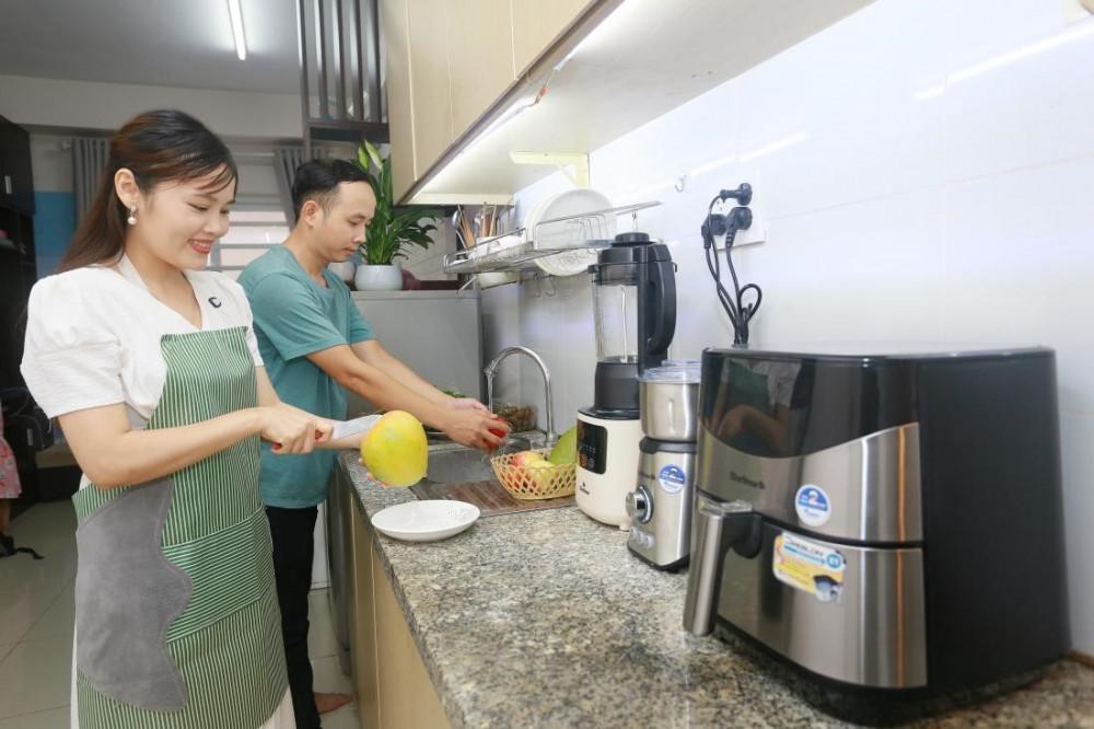 Giây phút hai vợ chồng hạnh phúc nhất sau giờ làm việc là cùng nhau vào bếp nấu ăn. Ảnh: BlueStone