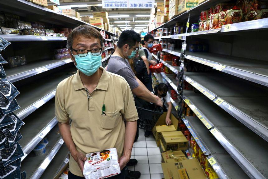 Người dân Đài Loan đổ xô đi mua nhu yếu phẩm khi dịch bệnh đe dọa tái bùng phát