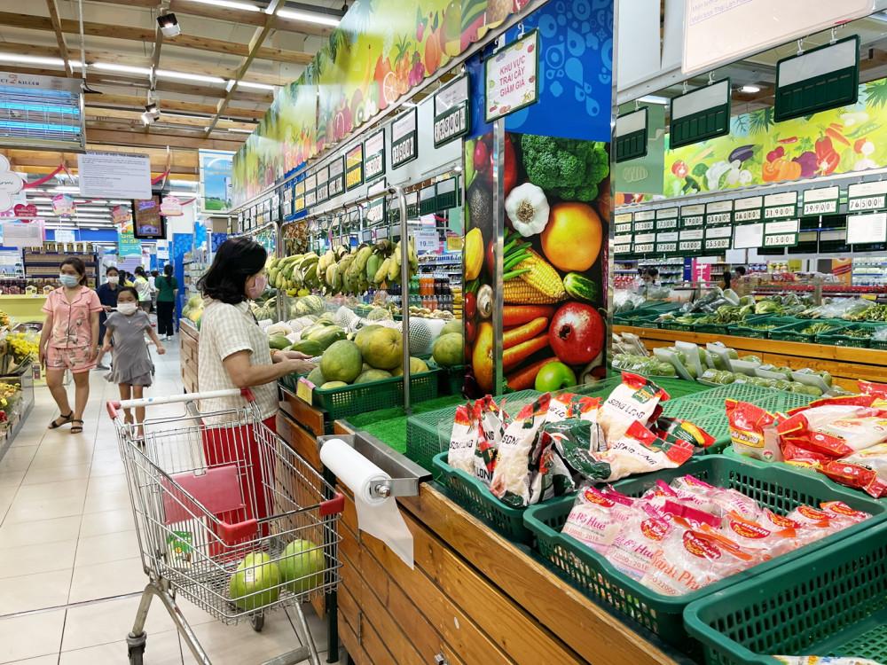 Giá cả nhiều mặt hàng thiết yếu tăng khiến đời sống người dân càng thêm khó khăn