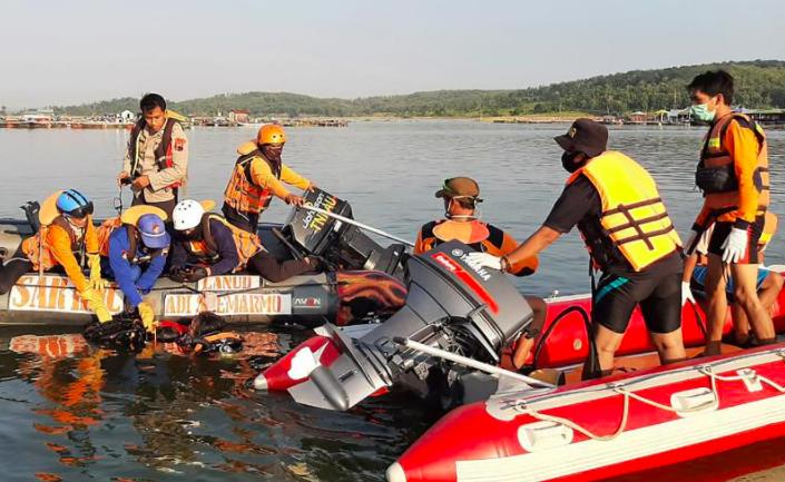Cơ quan Tìm kiếm và Cứu nạn Quốc gia (BASARNAS) công bố cho thấy những người cứu hộ đang tìm kiếm các nạn nhân sau khi một chiếc thuyền chở 20 người đi nghỉ bị lật vào thứ Bảy tại một hồ chứa ở Boyolali, Trung Java. (Ảnh của HANDOUT / Cơ quan Tìm kiếm và Cứu nạn Quốc gia (BASARNAS) / AFP)