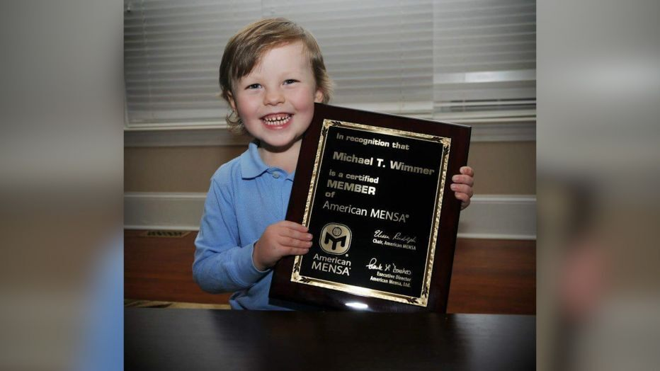 Cậu bé Mike được kết nạp vào cộng đồng những người có IQ cao nhất thế giới khi mới... 4 tuổi - Ảnh: Twitter nhân vật