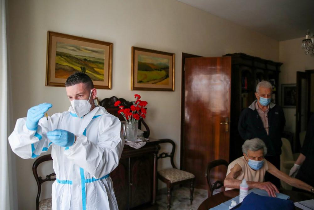 Với những người già hoặc gặp khó khăn trong di chuyển thì nhân viên y tế sẽ đến tận nhà để tiêm vắc-xin cho họ - Ảnh: Yara Nardi/Reuters