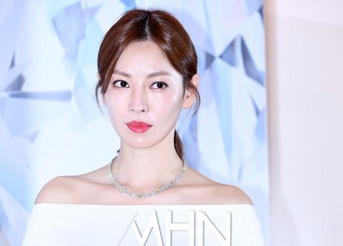 Kim So Yeon đoạt giải Nữ diễn viên chính xuất sắc nhất tại Baeksang 2021.