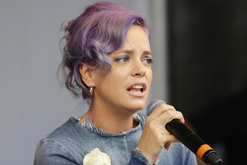 Ca sĩ Lily Allen ra mắt album tố cáo những người từng ức hiếp, ngược đã bản thân.