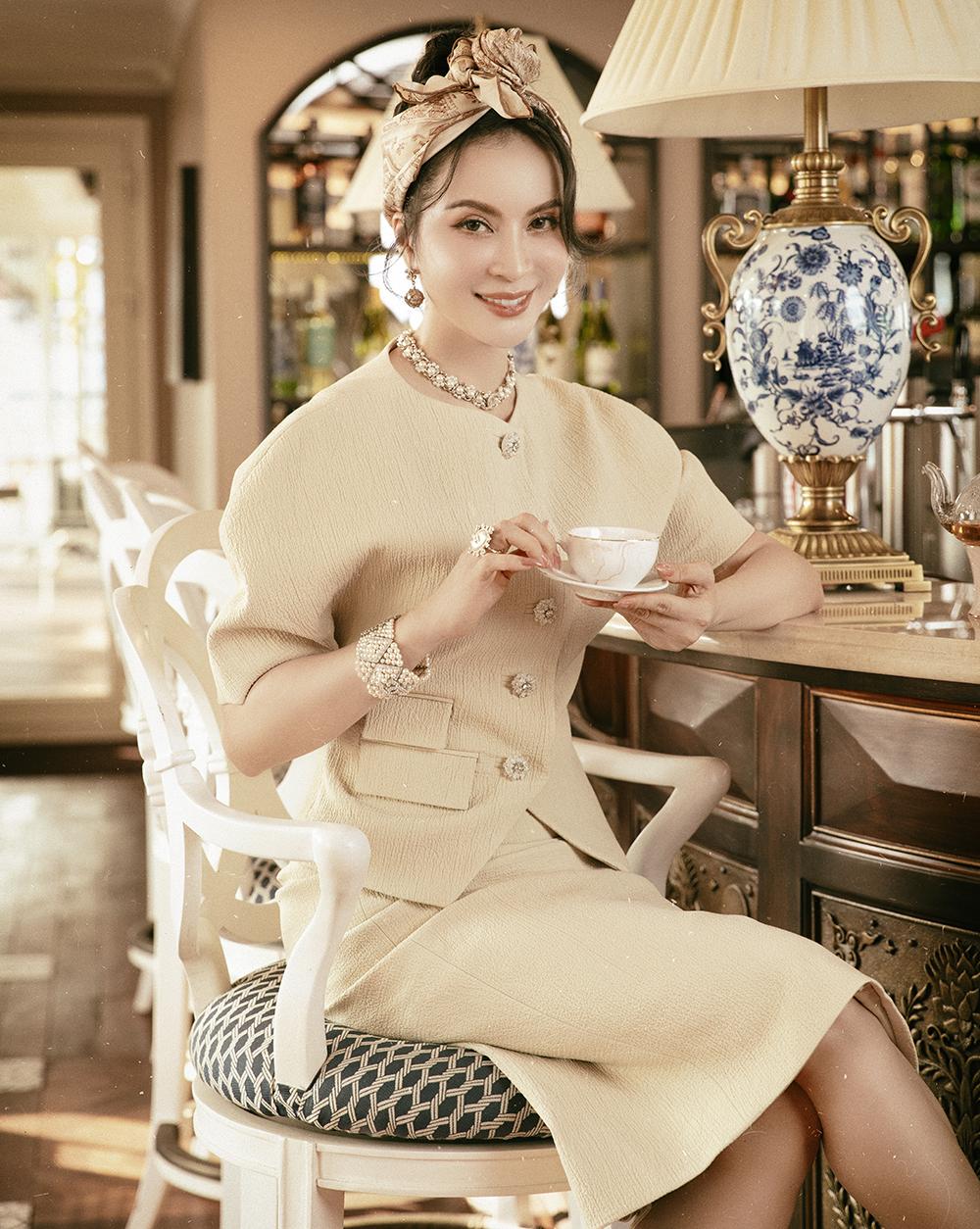 Người đẹp kết hợp thêm khăn turban để tăng thêm sự trẻ trung, hợp mốt trong mùa hè.