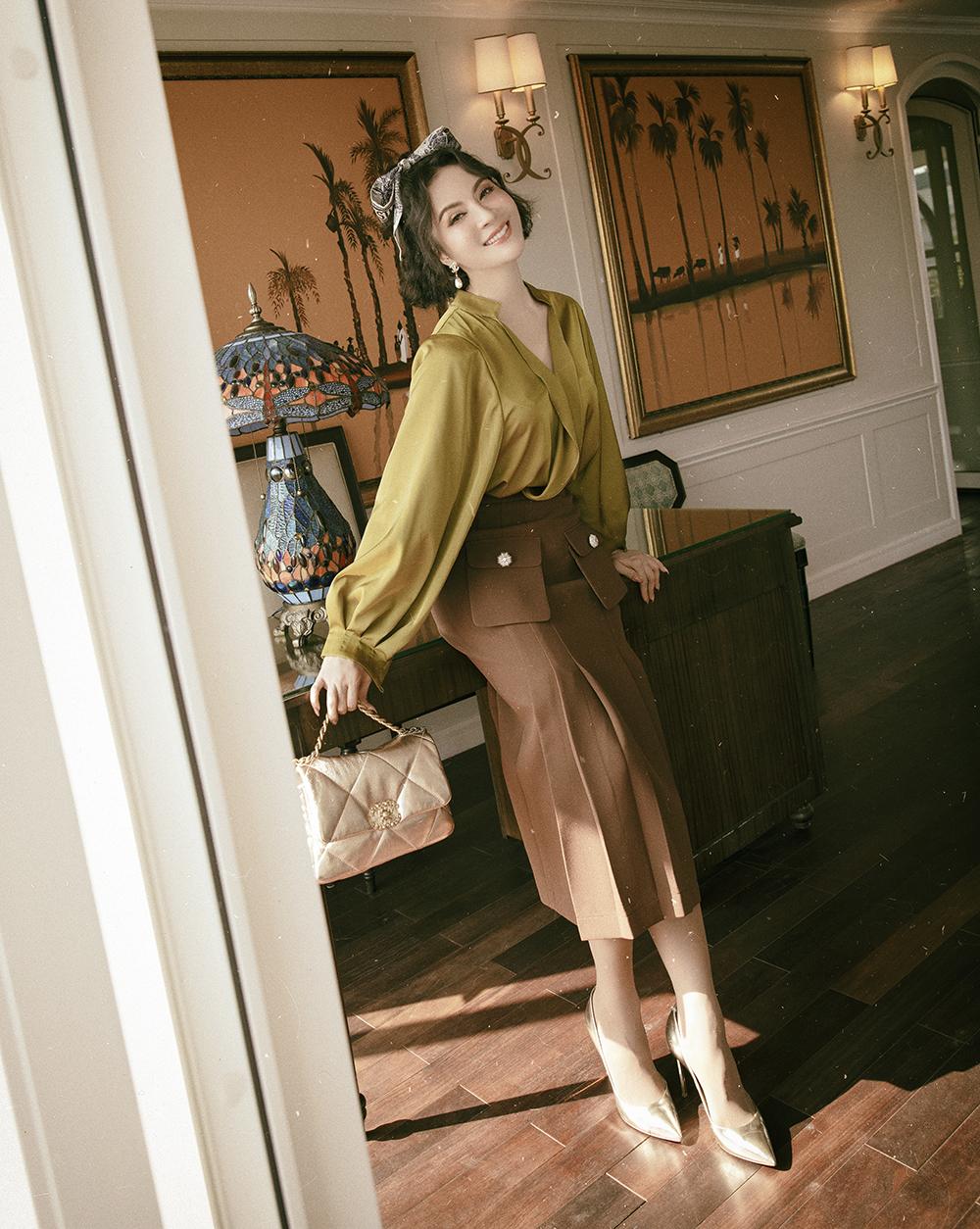 Áo sơmi lụa và váy có túi hộp là gợi ý lý tưởng của Thanh Mai dành cho các phụ nữ trung niên