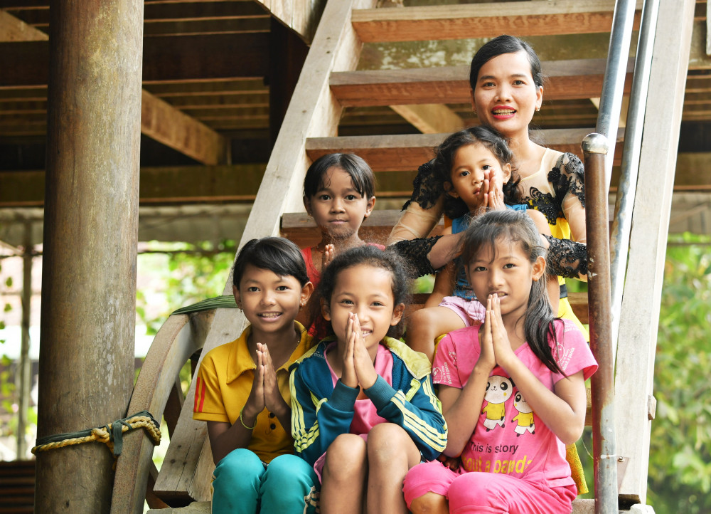Cô giáo Nách Chan Nên luôn là tấm gương sáng cho các em nhỏ trong phum học tập noi theo - Ảnh: Lê Quân