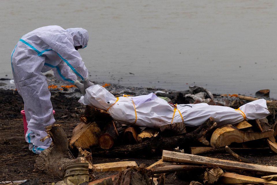Các nhân viên mai táng vớt những xác người từ các con sông va chuẩn bị làm thủ tục hoả táng