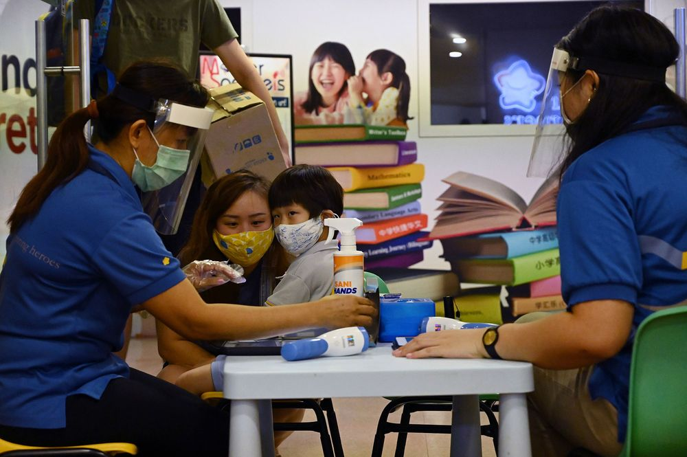Singapore đóng cửa trường học khi số ca mắc COVID-19 gia tăng báo động.
