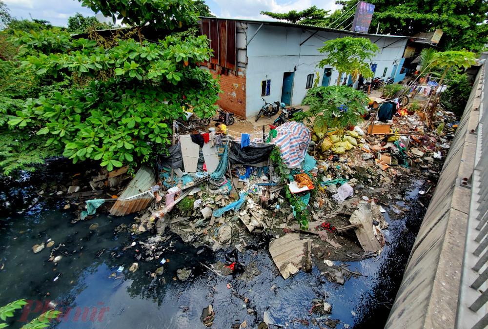 Ngoài nguyên nhân khách quan do biến đổi khí hậu, việc người dân lấn chiếm kênh rạch, xả rác bừa bãi xuống hệ thống thoát nước cũng là một nguyên nhân chính gây nên tình trạng ngập úng của TPHCM. Ảnh: T.N
