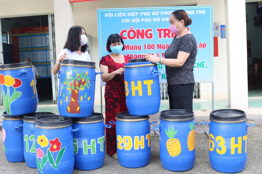 Những thùng rác cũ được tân trang lại, kèm theo nhiều thông điệp kêu gọi mọi người bảo vệ môi trường.