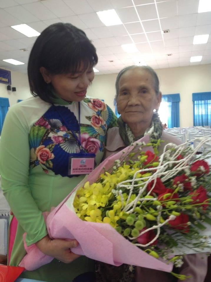 Bà Trần Thị Phương Hoa - Phó chủ tịch Hội LHPN TPHCM (trái) tặng hoa cho Mẹ Việt Nam Anh hùng tại đại hội Phụ nữ cơ sở.