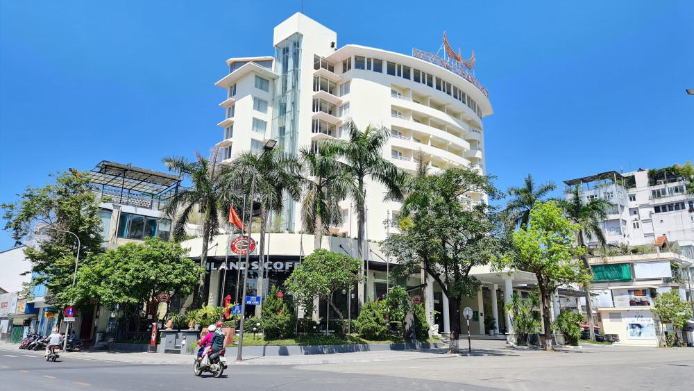 Bất chấp các quy định phòng chóng dịch COVID-19 tại TP. Huế, Khách sạn Mường Thanh  Huế vẫn cho quá đông người đến uống cà phê