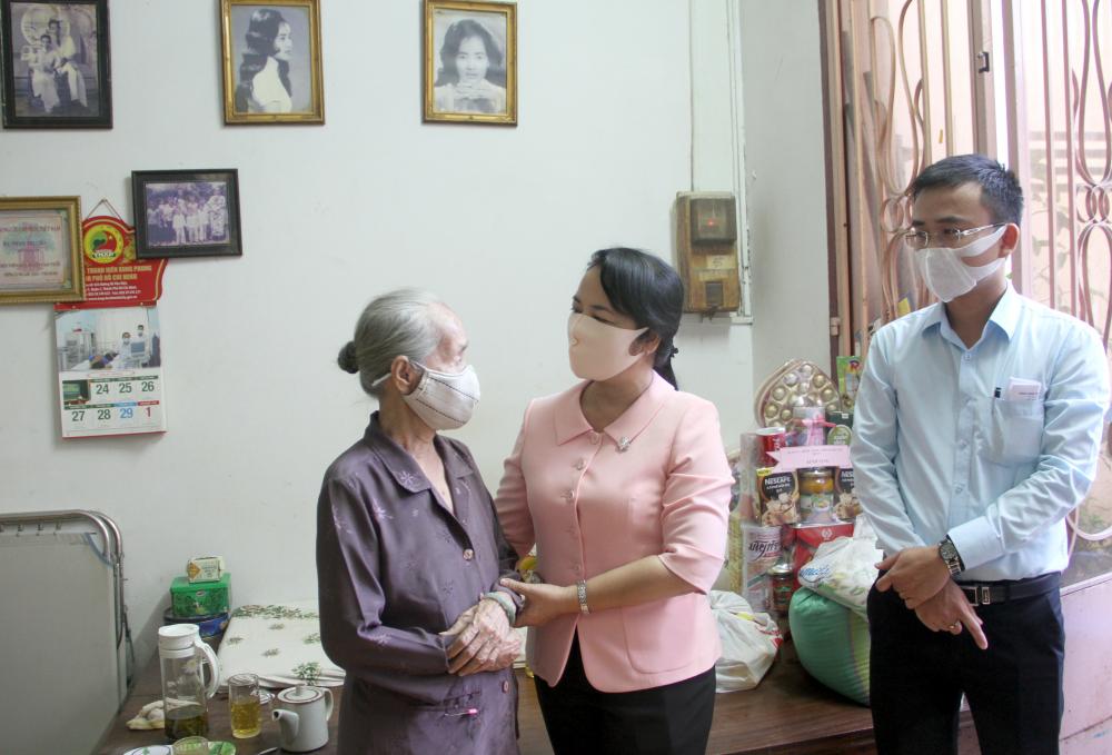 Bà Trần Kim Yến - Bí thư quận ủy Q.1 thăm gia đình chính sách
