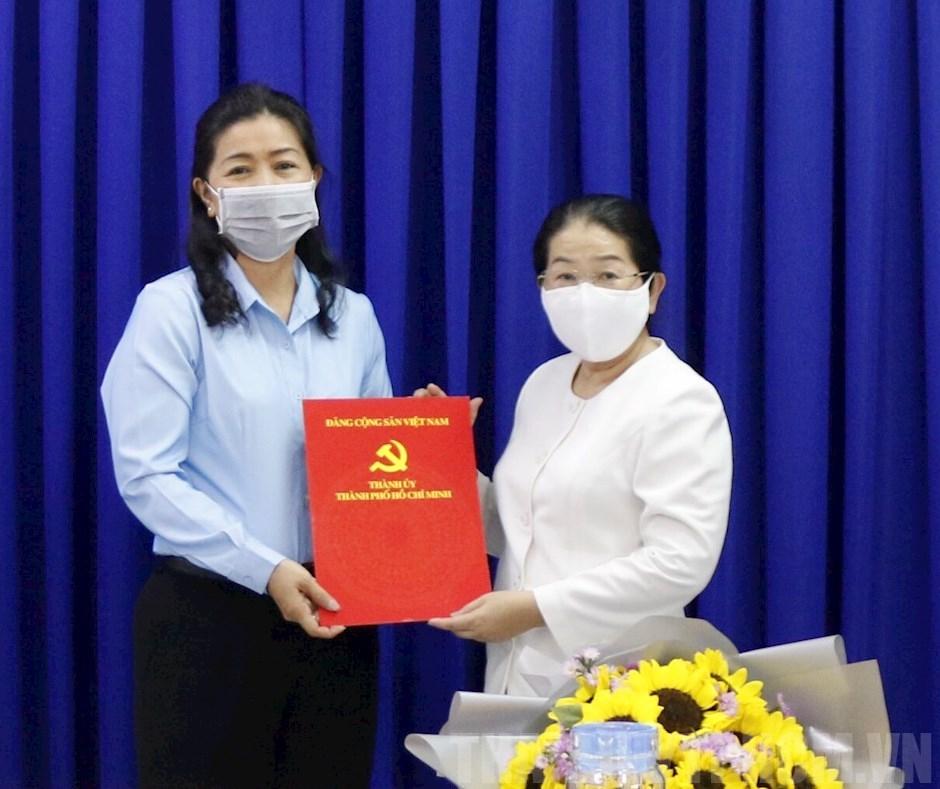 Bà Võ Thị Dung - Nguyên Phó Bí thư Thành ủy TPHCM (bên phải) trao quyết định đề bạt Phó Trưởng Ban dân vân Thành ủy với bà Nguyễn Thị Bạch Mai