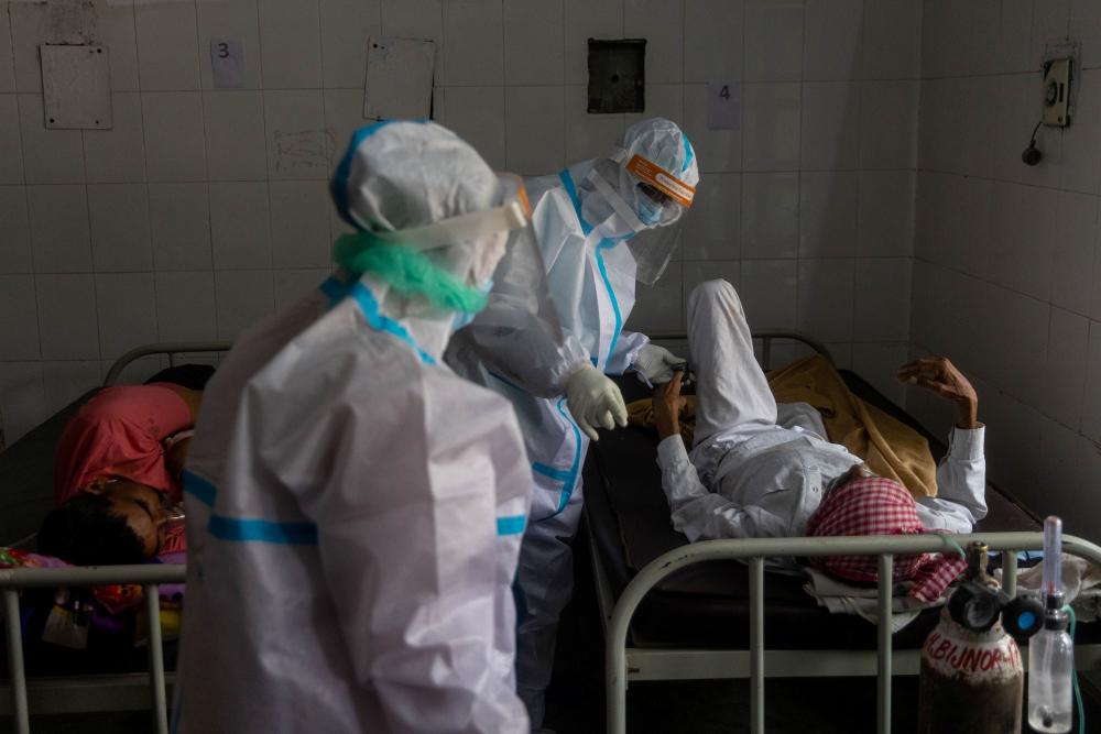 Điều trị hô hấp cho bệnh nhân COVID-19 tại một bệnh viện ở quận Bijnor, bang Uttar Pradesh, Ấn Độ - Ảnh: Reuters