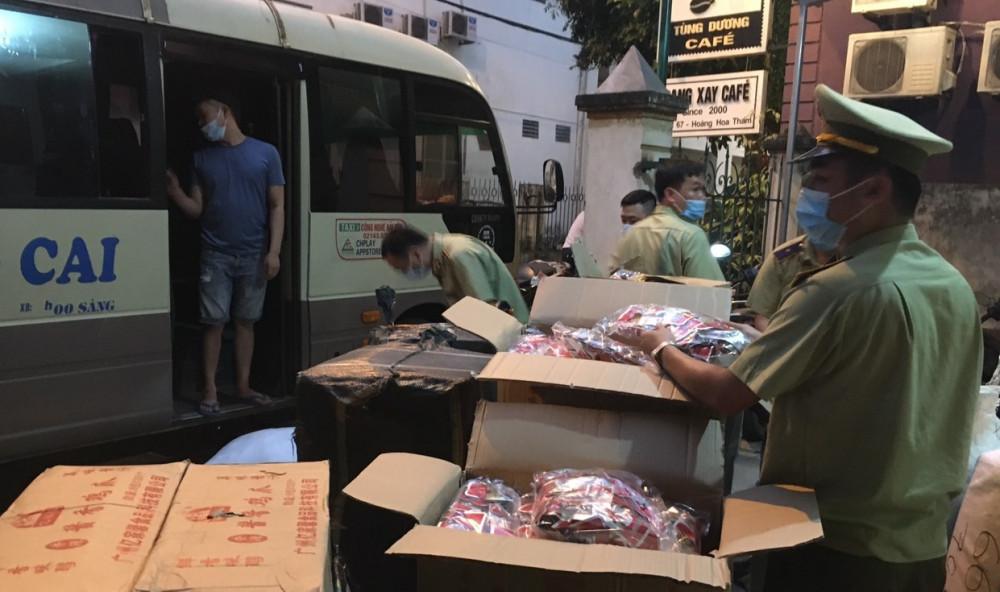 Hơn 10.000 sản phẩm nghi nhập lậu từ Trung Quốc được cất giấu trên xe khách