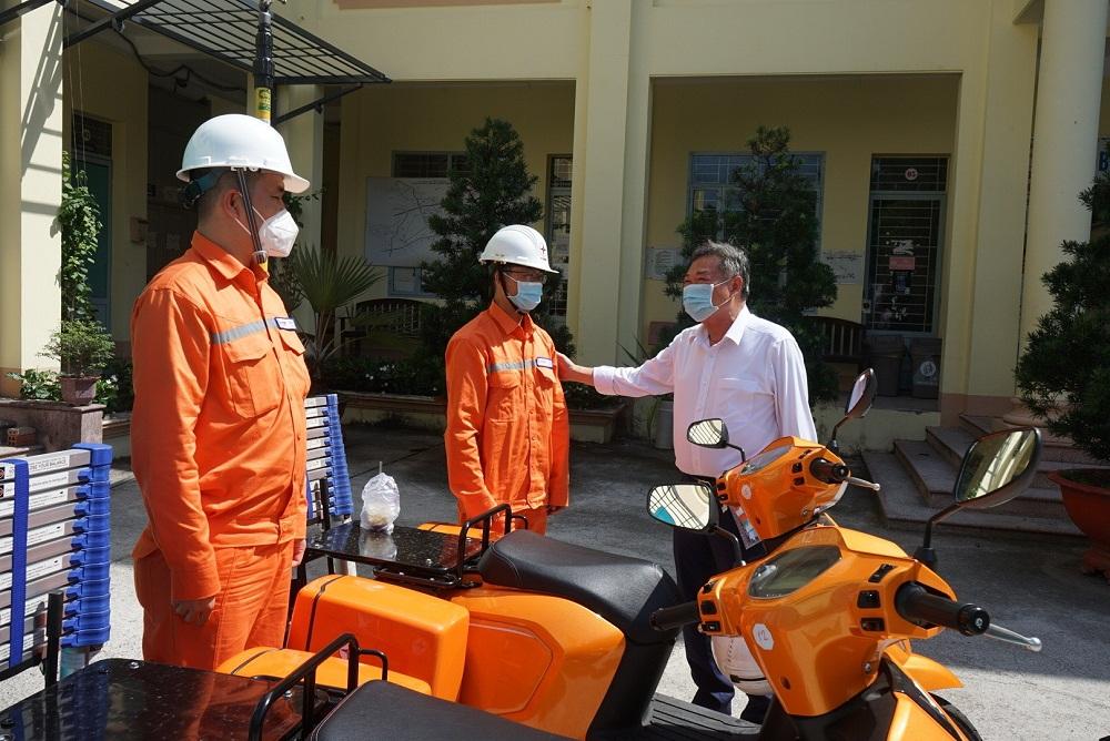 Ông Phạm Quốc Bảo thăm hỏi, động viên công nhân điện lực Thủ Đức. Ảnh: EVNHCMC