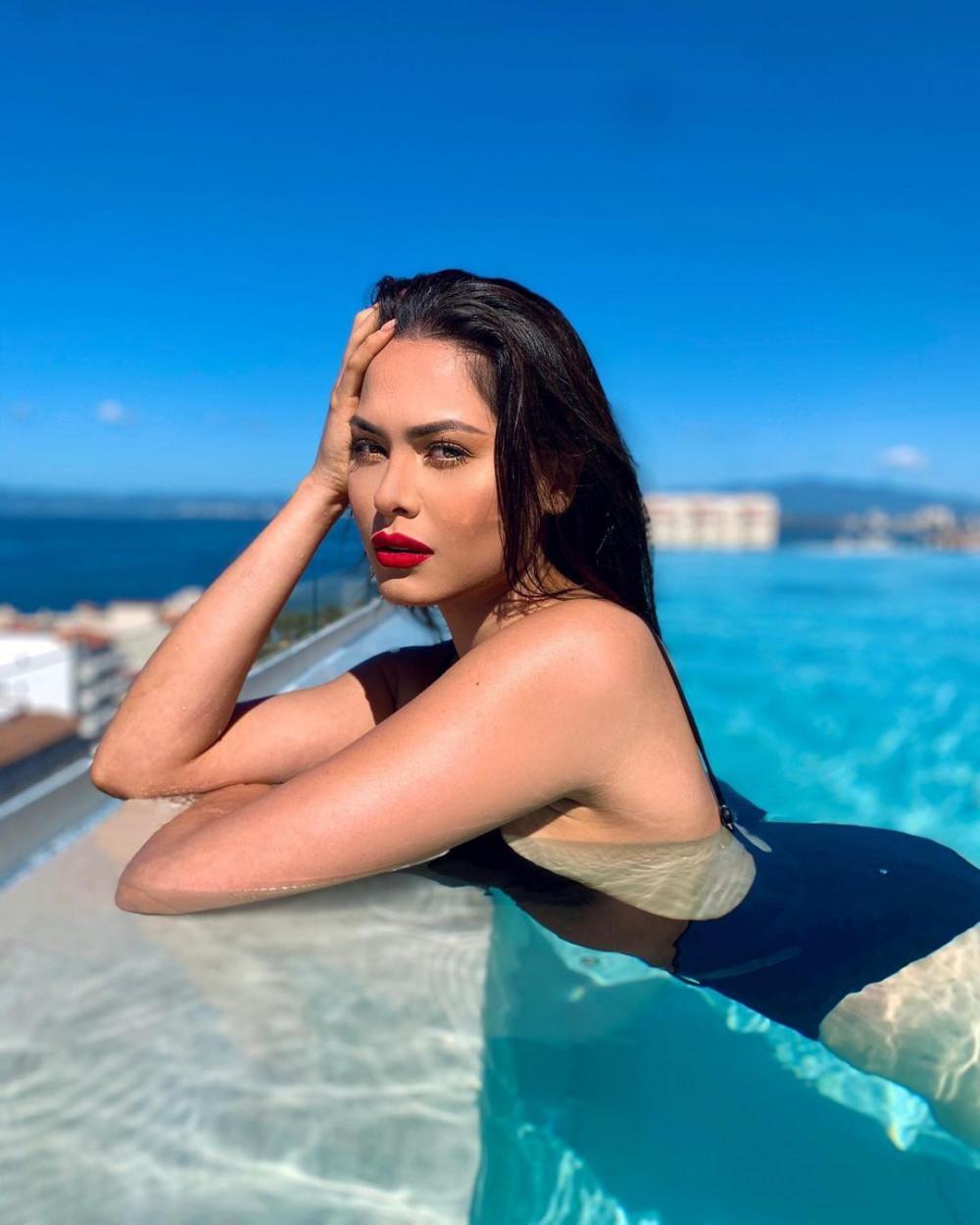 Vẻ đẹp nóng bỏng đầy cuốn hút của Andrea Meza trong đồ bơi kết hợp với màu son đỏ. Với các khán giả theo dõi các cuộc thi nhan sắc, Andrea Meza không phải là gương mặt xa lạ. Cô từng đạt ngôi vị Á hậu 1 tại Hoa hậu Thế giới 2017.